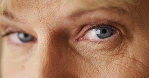 目の老化が進むと認知症リスクが高まる!睡眠前に避けたい習慣とは?
