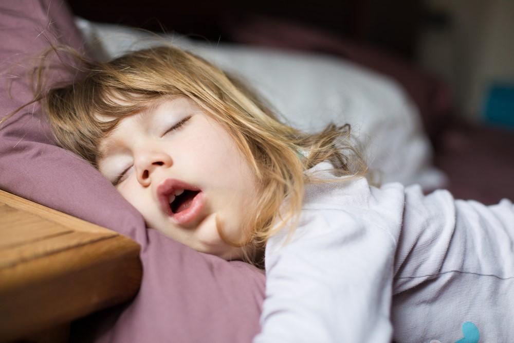 いびきをかく子どもが増えている?原因はストレートネック?