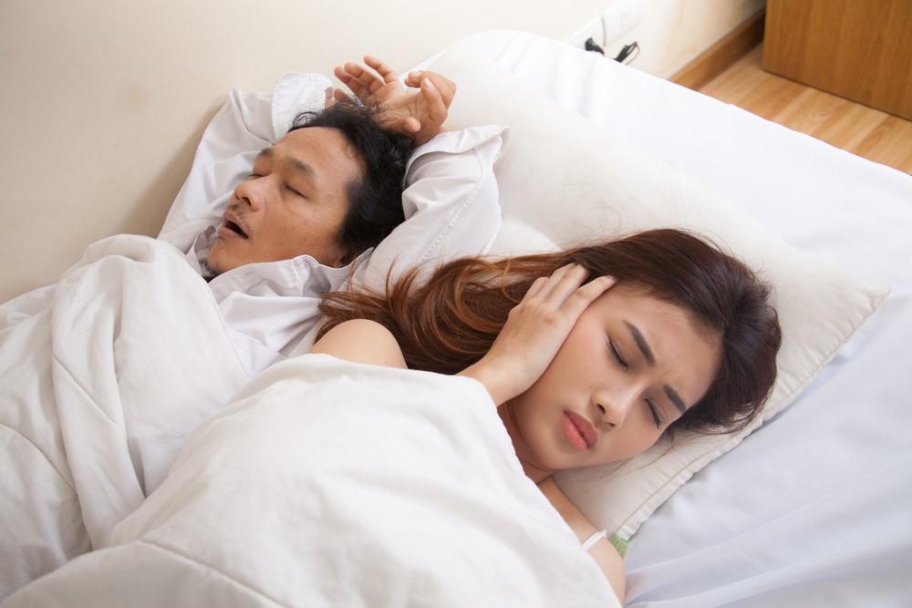 """実はかなり危険!習慣性の""""いびき""""を、枕で対策するには?"""