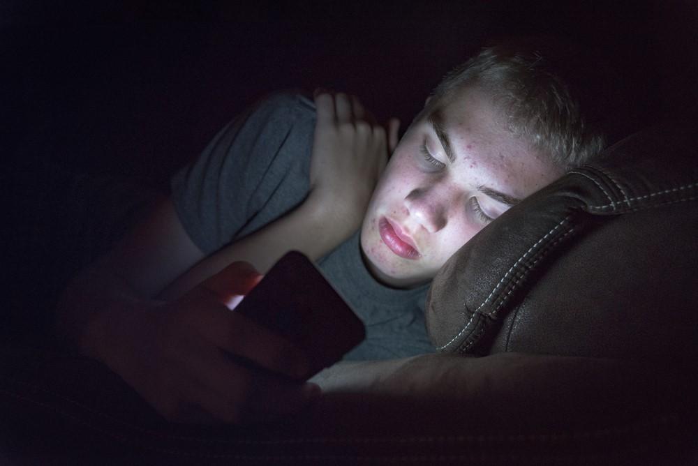 快適な睡眠を妨げるブルーライトの正体!スマホ疲れを解消する枕とは?