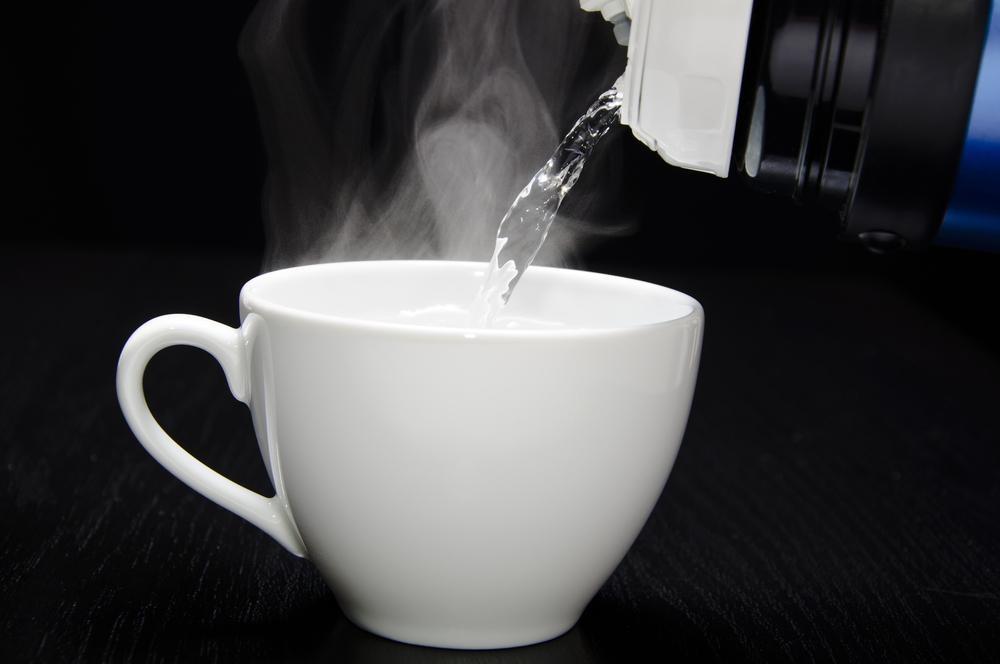 寝る前に水ではなく「お湯」を飲むべき3つの理由!美容にも効果的?