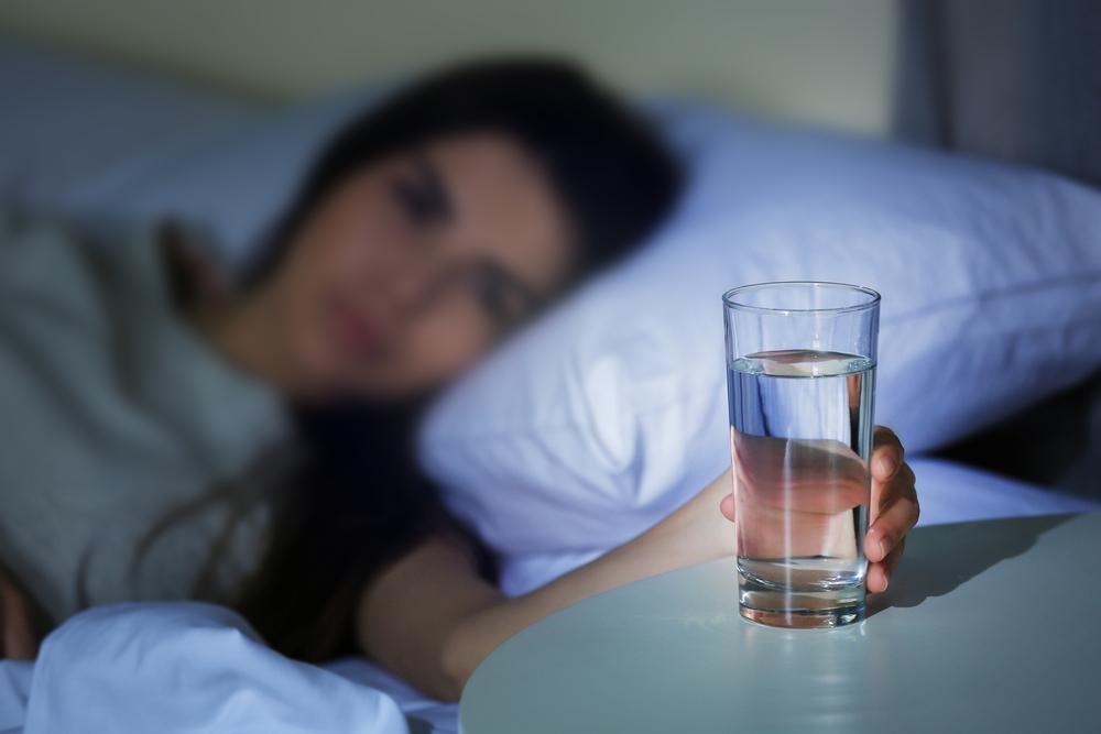 寝る前に水を飲むと夜中に目が覚めるのはナゼ?飲む時の注意点は?